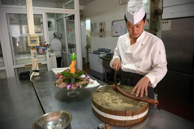 Cadeia especializada em pratos com pênis faz sucesso no país (Foto: Wang Zhao/AFP)