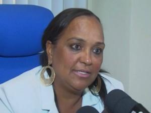 Delegada disse que idoso passará noite na delegacia (Foto: Reprodução/TV Subaé)