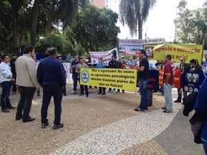 Agentes penitenciários se reuniram na tarde desta quinta-feira (28), em Presidente Prudente (Foto: Heloise Hamada/G1)