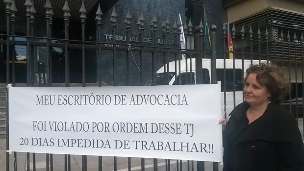 Advogada que teve escritório lacrado faz protesto solitário em frente ao TJ  | Rio Grande do Sul | G1