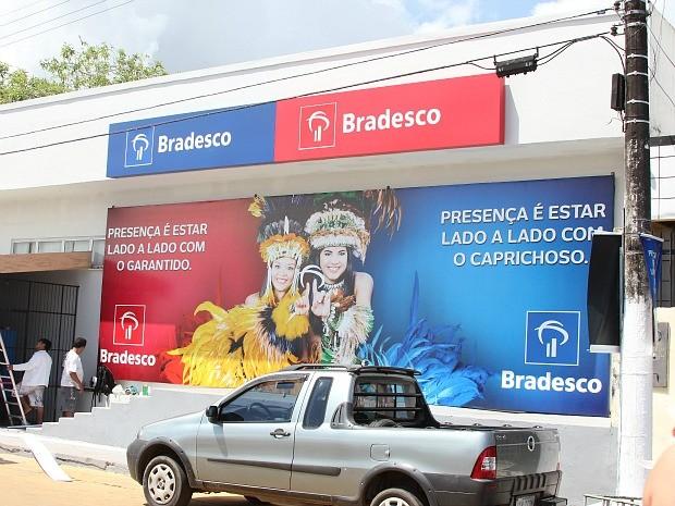 Agência bancária tem entradas com marcas diferentes: uma azul e outra vermelha (Foto: Frank Cunha/G1 AM)