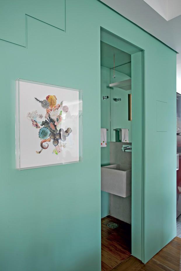 Lavabo | A porta de correr de MDF pintado na mesma cor da parede ajuda a aproveitar melhor o espaço. Obra de Patricia Rebello (Foto: Marco Antonio/Casa e Jardim)
