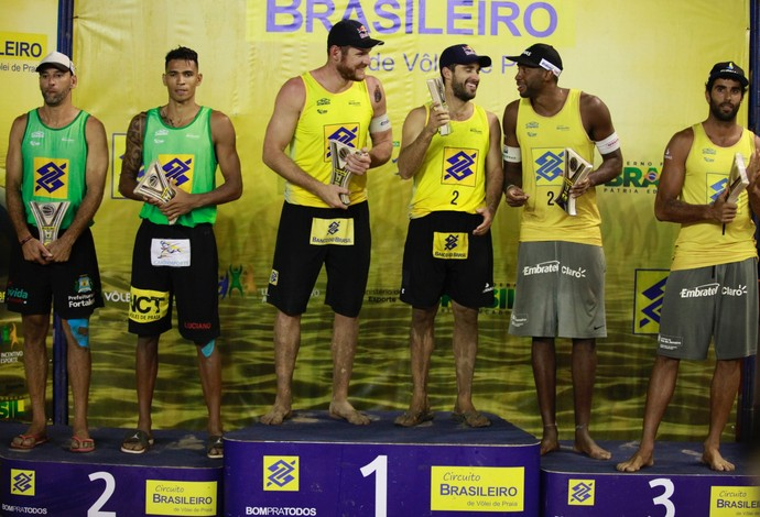 Pódio de Curitiba tem duas duplas olímpicas do vôlei de praia (Foto: Paulo Frank / CBV)