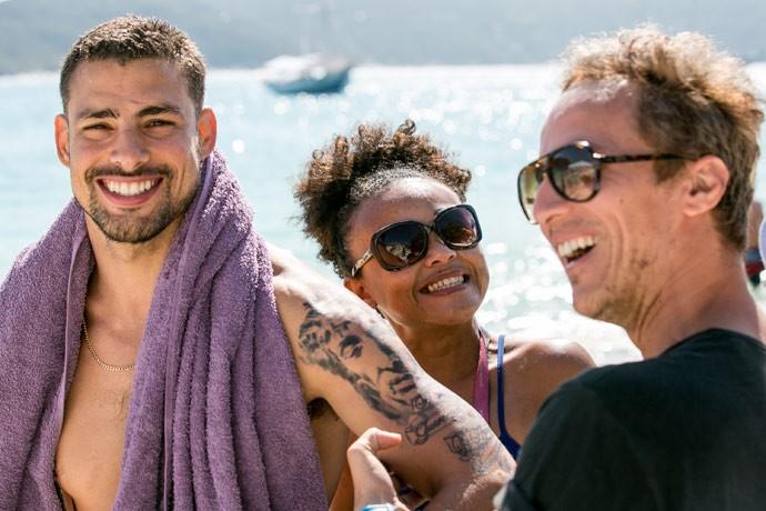Para dar vida a Juliano, Cauã põe uma tatuagem falsa no braço (Foto: Isabella Pinheiro / Gshow)