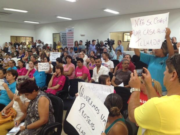 Manifestantes contrários ao projeto lotaram a Câmara de Cascavel para pedir a formulção de uma nova proposta (Foto: Priscila Luparelli/RPCTV)