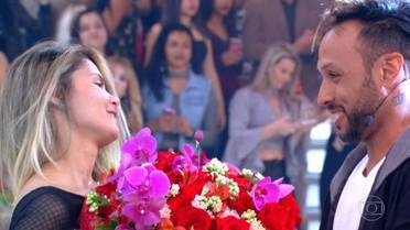 Lucas Lucco embala surpresa para casal que se conheceu na internet