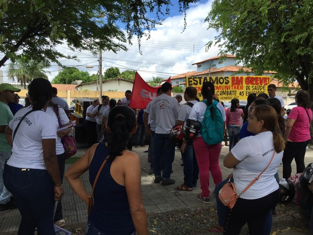 Agentes se reuniram em frente a prefeitura na manhã desta segunda (Foto: Inaê Brandão/G1 RR)