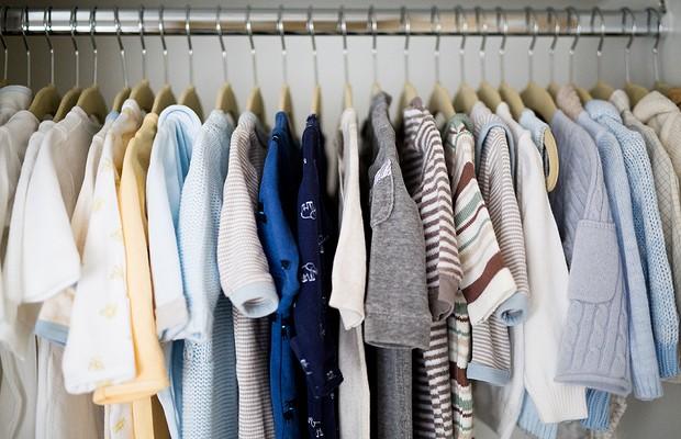 Roupinhas de Nicolas organizadas no armário (Foto: Carla D'Aqui)