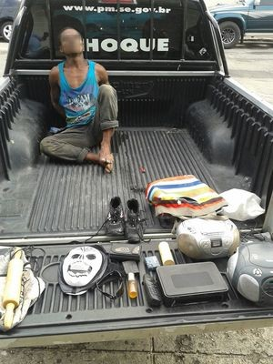 Homem foi preso dentro de uma casa que ele invadiu no bairro Luzia (Foto: Batalhão de Choque/Divulgação)
