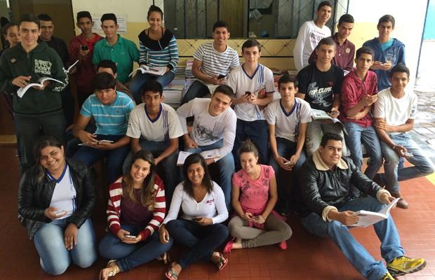 Alunos aprendem filosofia pelo celular e livros no Colégio Estadual Dr. Negreiros, em Nerópolis, Goiás (Foto: Paula Resende/ G1)