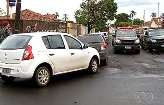 Equipe da Força Nacional fecha rua para prender PM suspeito de cometer homicídios em Rio Verde, Goiás (Foto: Reprodução/ TV Anhanguera)