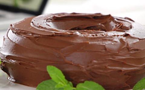Bolo de chocolate com calda de ganache da Rita Lobo