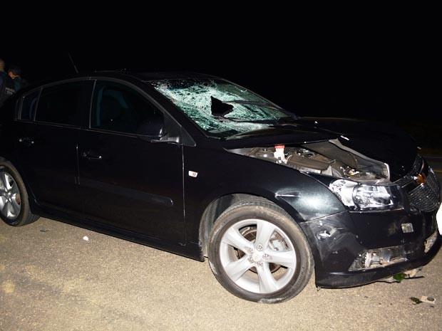 Jovem foi atropelado por carro após descer de veículo envolvido em outra batida (Foto: Anderson Oliveira / Blog do Anderson)