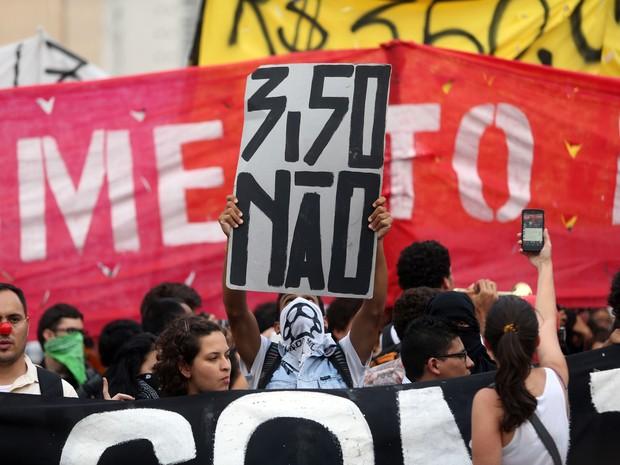 Manifestantes se reúnem no Largo da Batata, em Pinheiros, para mais um ato organizado pelo Movimento Passe Livre (MPL) contra o aumento da tarifa dos transportes públicos em São Paulo. (Foto: J. F. Diorio/Estadão Conteúdo)