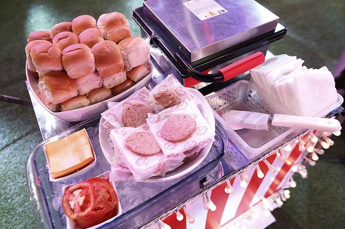 Quem quer hamburguer? Chapa quentinha para os brothers (Foto: Raphael Dias/Gshow)