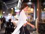 Alessandra Ambrósio usa calça com recortes, mas calcinha string 'vaza'