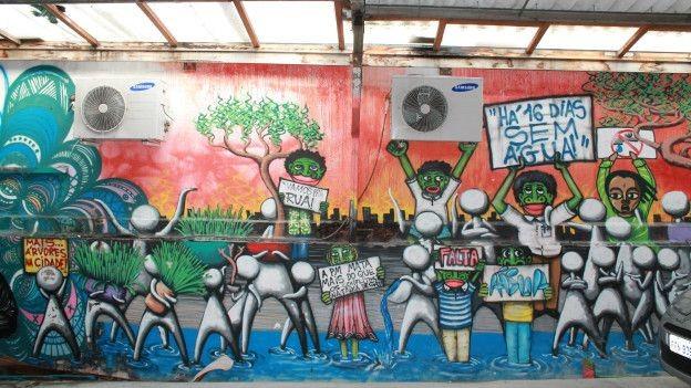 A crise hídrica que assombra os paulistanos serviu de inspiração para essa obra do grafiteiro Mundão (Foto: Charles Humpreys/BBC)