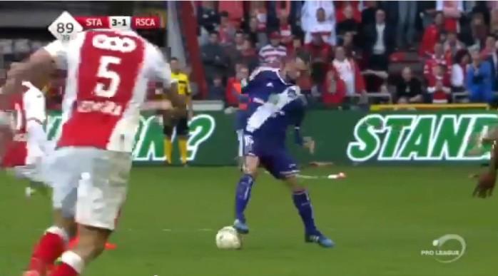 BLOG: Belga tenta drible à la Zidane contra ex-clube e paga mico. Confira!