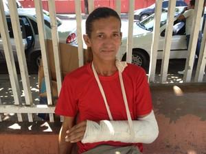 Paulo Adalberto, de 42 anos, aguarda cirurgia desde o dia 7 de junho (Foto: John Pacheco/G1)