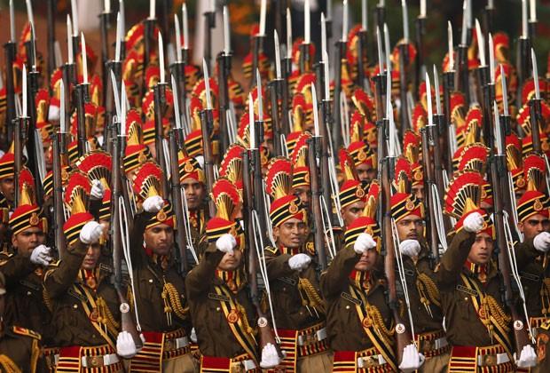 Policiais indianos participam de marcha pelo Dia da República em Nova Déli neste domingo (26) (Foto: Saurabh Das/AP)