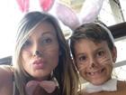 Andressa Urach pinta rosto de coelhinho com filho e publica foto