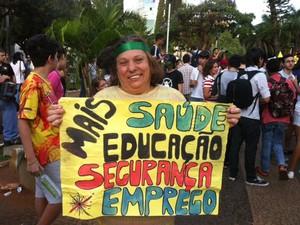 Aposentada participa da manifestação pela segunda vez (Foto: Fernanda Resende/G1)