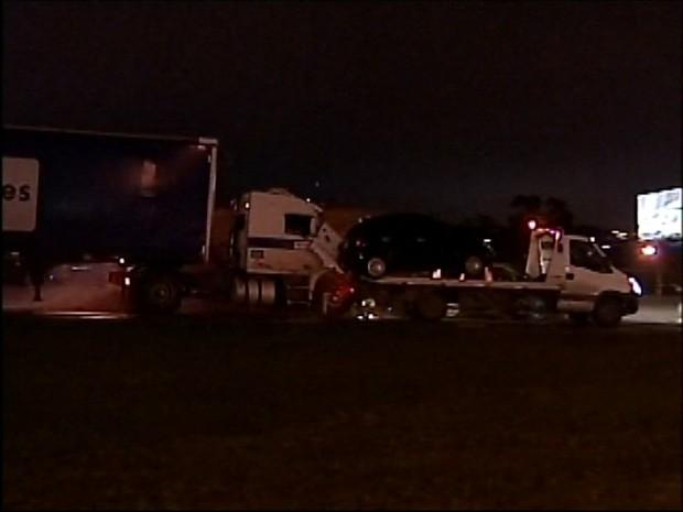 Manifestantes acabaram sendo atingidos por veículos ao tentarem bloquear o tráfego na rodovia Anhanguera, em Jundiaí (Foto: Reprodução/TV Tem)