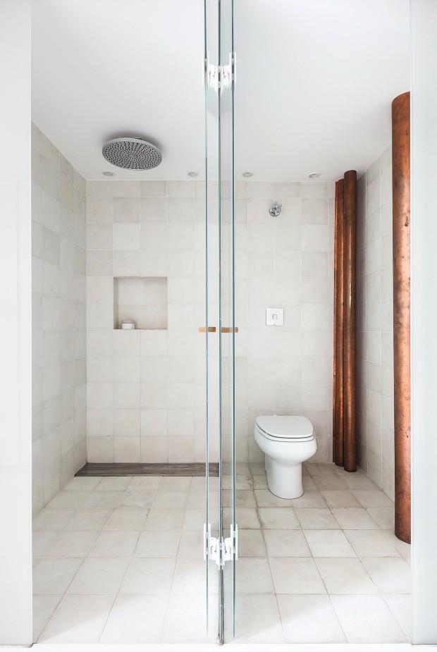 Banheiro. O ladrilho hidráulico branco do piso ao teto dá suavidade ao espaço, que expõe a tubulação de cobre (Foto: Maíra Acayaba / Editora Globo)