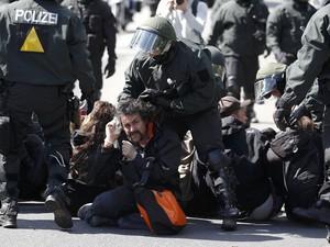 Em Rostock, na Alemanha, a polícia foi reforçada para conter os manifestantes (Foto: Tobias Schwarz/Reuters)