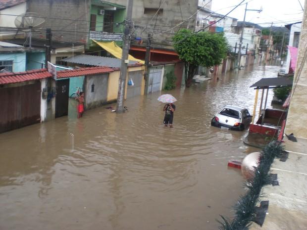 Chuva alaga rua em Nova Iguaçu na manhã desta quarta (11) (Foto: Deivison Pereira / Via VC no G1)
