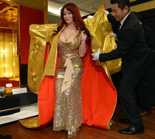 Mika Kano veste robe feito de fibras de ouro. Peça de roupa sai por R$ 1,1 milhão (Foto: Yoshikazu Tsuno/AFP)