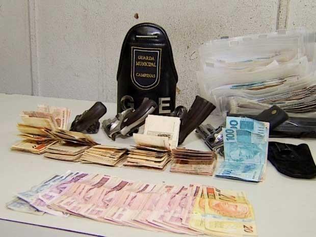 Dinheiro e armas apreendidas após tentativa de assalto a churrascaria, em Campinas (Foto: Reprodução / EPTV)