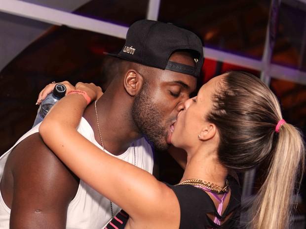 Rafael Zulu e a namorada, Erys Martins, em show na Zona Sul do Rio (Foto: Ari Kaye/ Divulgação)