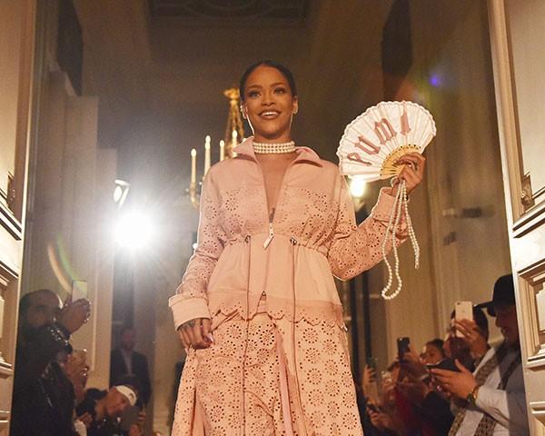 Rihanna ganhou o prêmio Shoe of The Year pelo modelo creeper que criou com a Puma (Foto: Getty Images)
