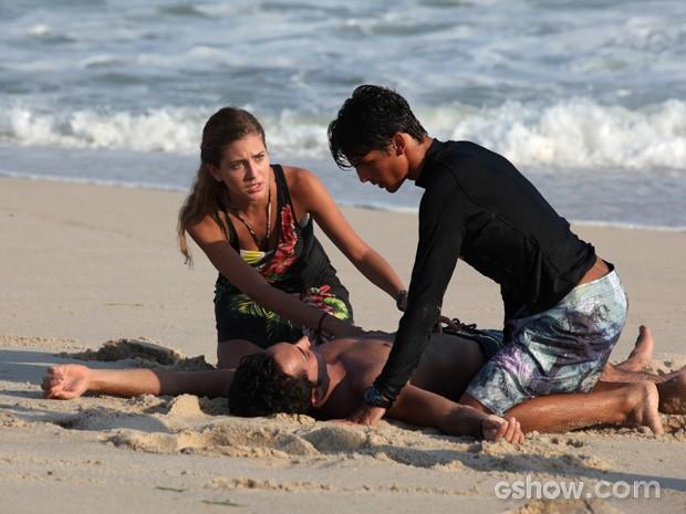 Sofia tenta reanimar Ben, que fica estendido na areia da praia (Foto: Carol Caminha / TV Globo)