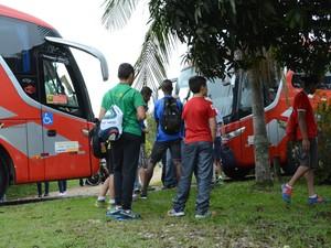 Crianças de abrigo de Mogi aguardam para entrar no ônibus e seguir até o parque de diversões no interior de SP (Foto: Maiara Barbosa/ G1)