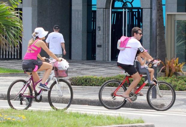 Ingrid Guimarães e família saindo da praia (Foto: J.Humberto / AgNews)