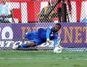 Felipe Flamengo pega pênalti (Foto: Guilherme Pinto / O Globo)