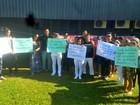 Para exigir pagamento, ex-servidores da Santa Casa protestam no Acre