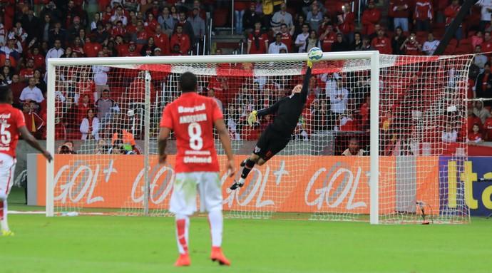 Rogério Ceni faz defesa contra o Inter (Foto: Diego Guichard)