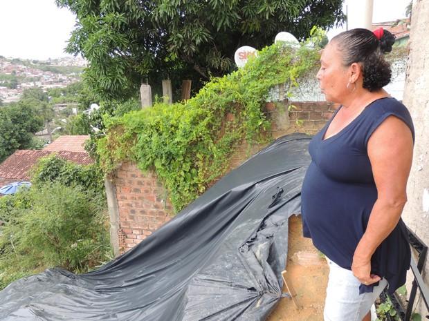 A professora Maria Janeide diz que a lona plástica não é suficiente para proteger a barreira (Foto: Penélope Araújo/G1)