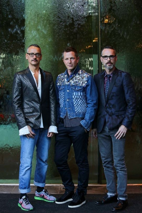 Viktor Horsting (left) and Rolf Snoeren (right) with exhibition curator Thierry-Maxime Loriot (centre) (Foto: WAYNE TAYLOR, NATIONAL GALLERY VICTORIA, AUSTRALIA)