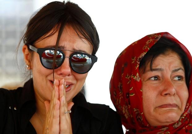 Amiga e familiar se emocionam no funeral de Gulsen Bahadir, em Istambul (Foto: Osman Orsal/Reuters)