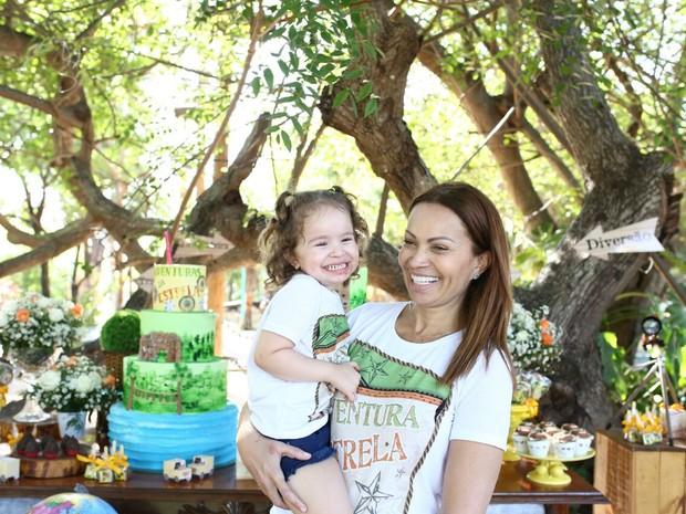 Solange Almeida com a filha caçula, Maria Esther, em festa em um parque em Fortaleza, no Ceará (Foto: Moisés/ Estudio3/ Divulgação)