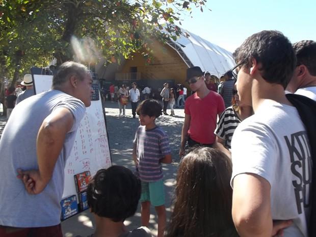Público confere métodos do professor de matemática em frente à Tenda dos Autores (Foto: Paola Fajonni/G1)
