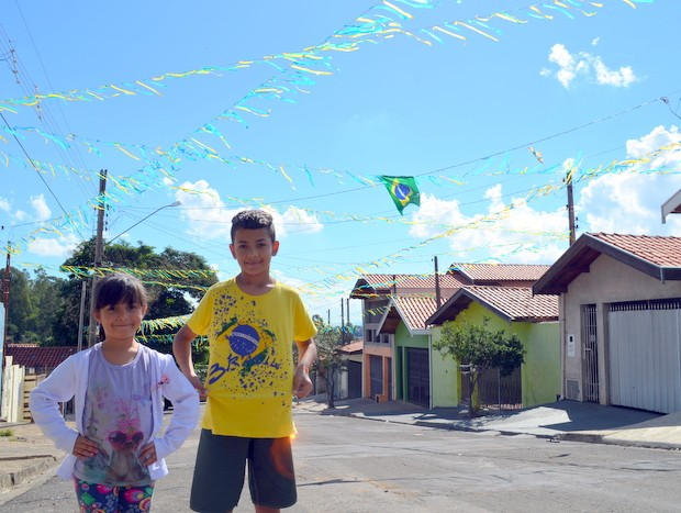 Crianças ajudaram a enfeitar rua no Jardim Belvedere, em Piracicaba (Foto: Fernanda Zanetti/G1)