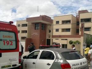 Corpo de agente foi encontrado em apartamento, em Mossoró (Foto: Marcelino Neto/G1)