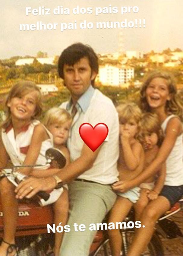 Gisele Bündchen e as irmãs com o pai (Foto: Reprodução/Instagram)