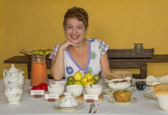 A produtora cultural Eveli Ficher apresenta seu generoso café da manhã no Solar dos Limoeiros, com produtos orgânicos e veganos  (Foto: © Haroldo Castro/Época)