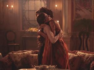 Emocionadas, as amigas se abraçam (Foto: Lado a Lado/TV Globo)